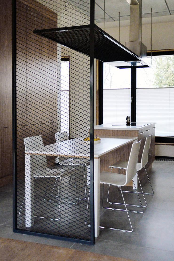 Wnętra domu jednorodzinnego : styl , w kategorii Jadalnia zaprojektowany przez Konrad Muraszkiewicz Pracownia Architektoniczna