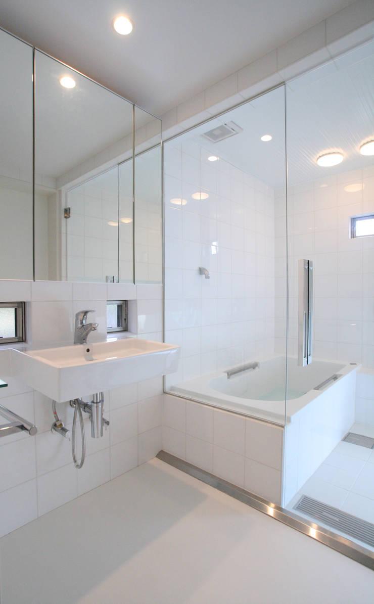 洗面所とお風呂: 杉山真設計事務所が手掛けた浴室です。