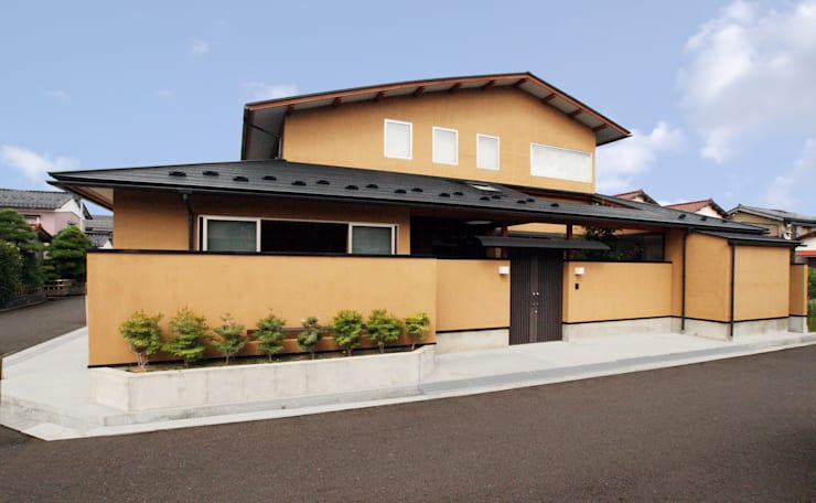 数寄屋風外観: 杉山真設計事務所が手掛けた家です。