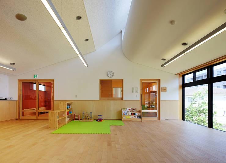 屋上庭園のある保育園(2F遊戯室): ユニップデザイン株式会社 一級建築士事務所が手掛けた学校です。