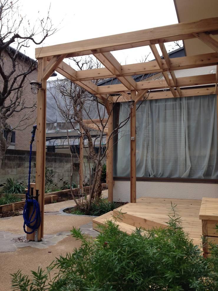 ウッドデッキ&パーゴラ: 株式会社アフロとモヒカンが手掛けた庭です。,