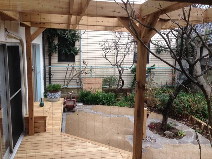 室内から見た庭の様子: 株式会社アフロとモヒカンが手掛けた庭です。,