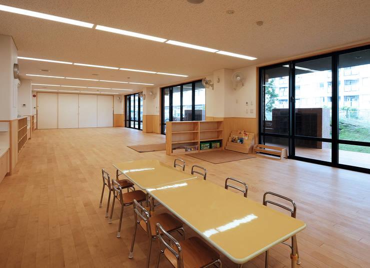 屋上庭園のある保育園(1階保育室): ユニップデザイン株式会社 一級建築士事務所が手掛けた学校です。