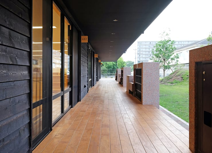 屋上庭園のある保育園(縁側): ユニップデザイン株式会社 一級建築士事務所が手掛けた学校です。