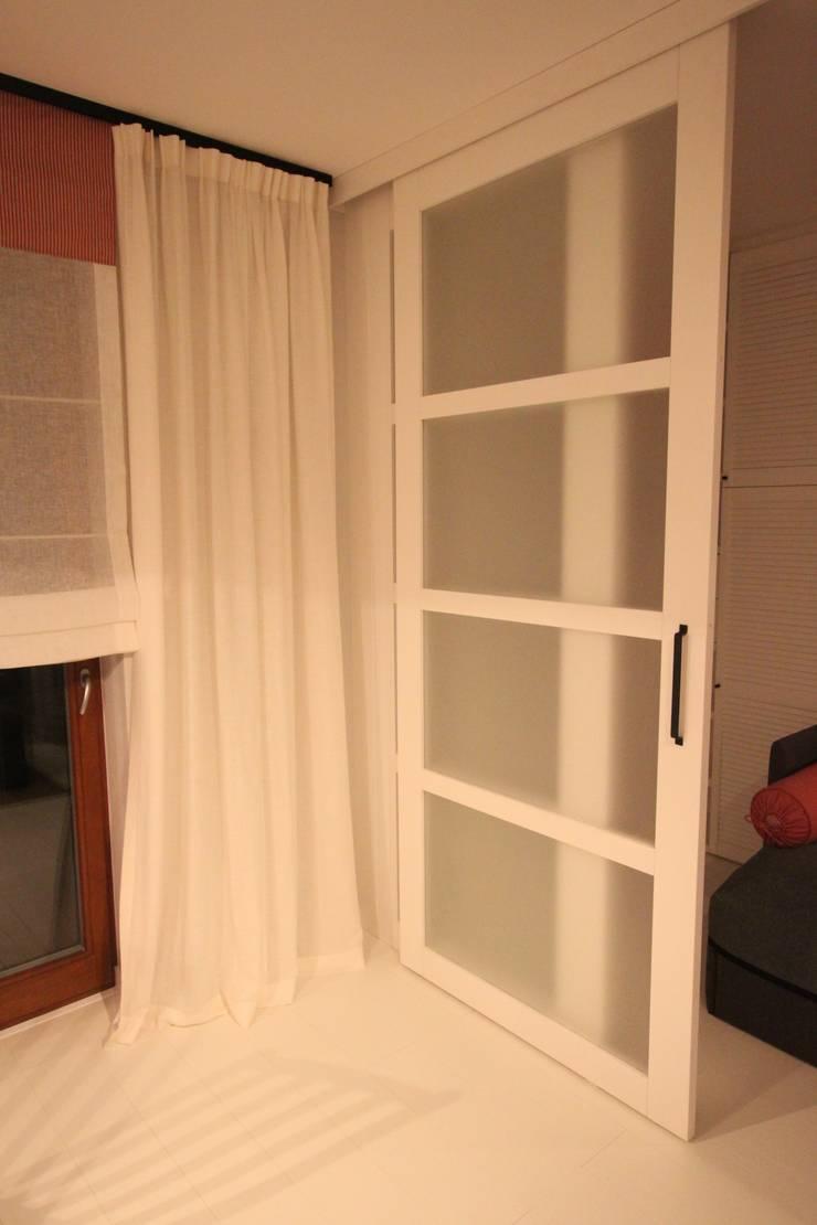 Zasłona + Drzwi suwane: styl , w kategorii  zaprojektowany przez Comfort & Style Interiors,Skandynawski
