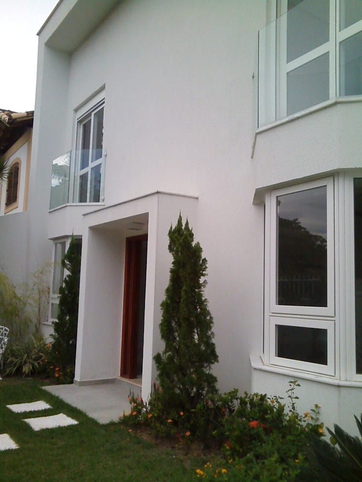 fachada frontal: Casas  por Margareth Salles