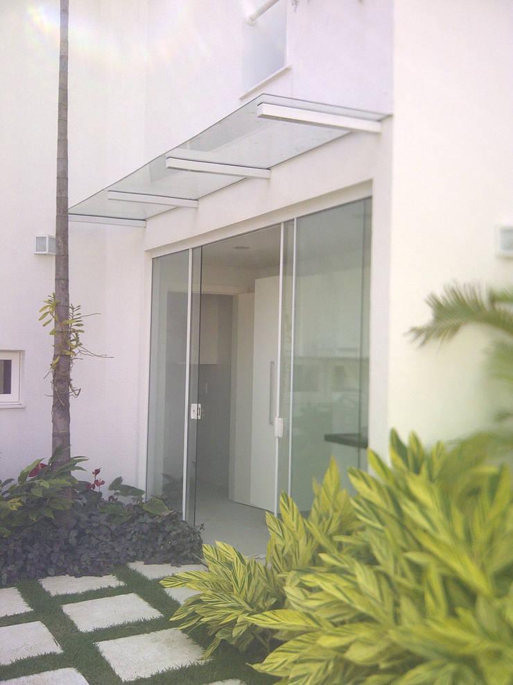 Acesso a área de serviço e cozinha: Casas  por Margareth Salles