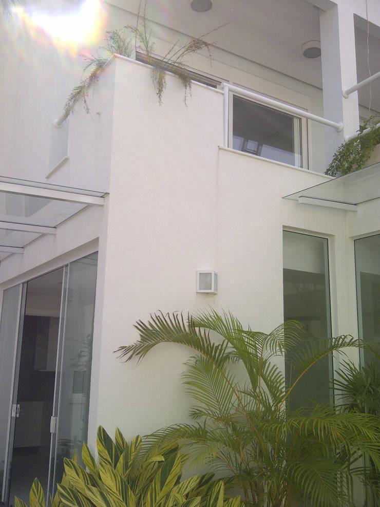 Fundos / interior: Casas  por Margareth Salles