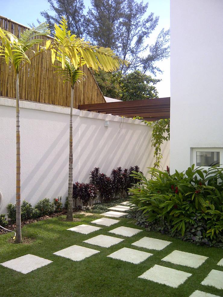 Pérgola e bamboo: Casas  por Margareth Salles