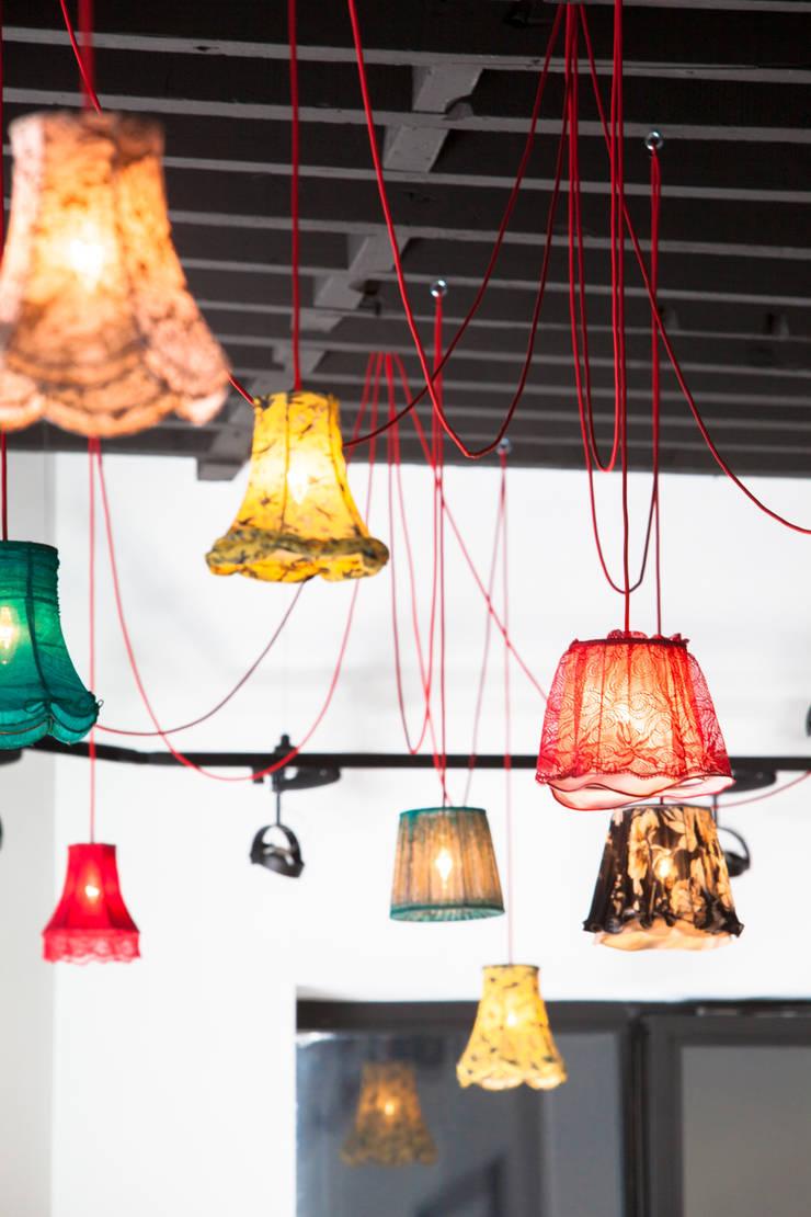 Détail sur les luminaires fait main: Restaurants de style  par GUILLAUME DA SILVA ARCHITECTURE INTERIEURE