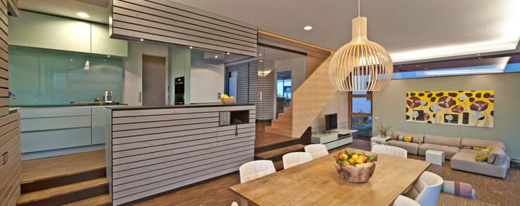 Innenraum - Essplatz und Küche:  Esszimmer von Kauffmann Theilig & Partner, Freie Architekten BDA