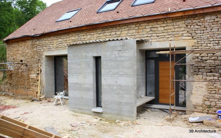 Façade d'entrée marquée par l'extension: Maisons de style  par 3B Architecture