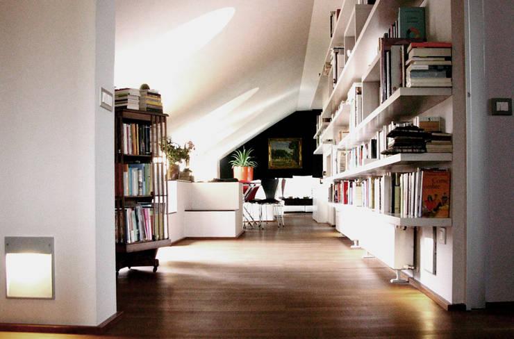 porta nuova: Soggiorno in stile in stile Moderno di andrea borri architetti