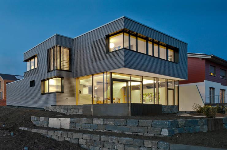 Hangansicht am Abend:  Häuser von Kauffmann Theilig & Partner, Freie Architekten BDA