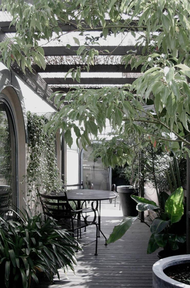 porta nuova: Terrazza in stile  di andrea borri architetti, Moderno