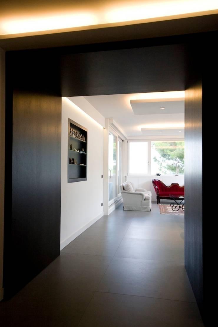 Casa CB: Sala da pranzo in stile  di Manuela Tognoli Architettura,