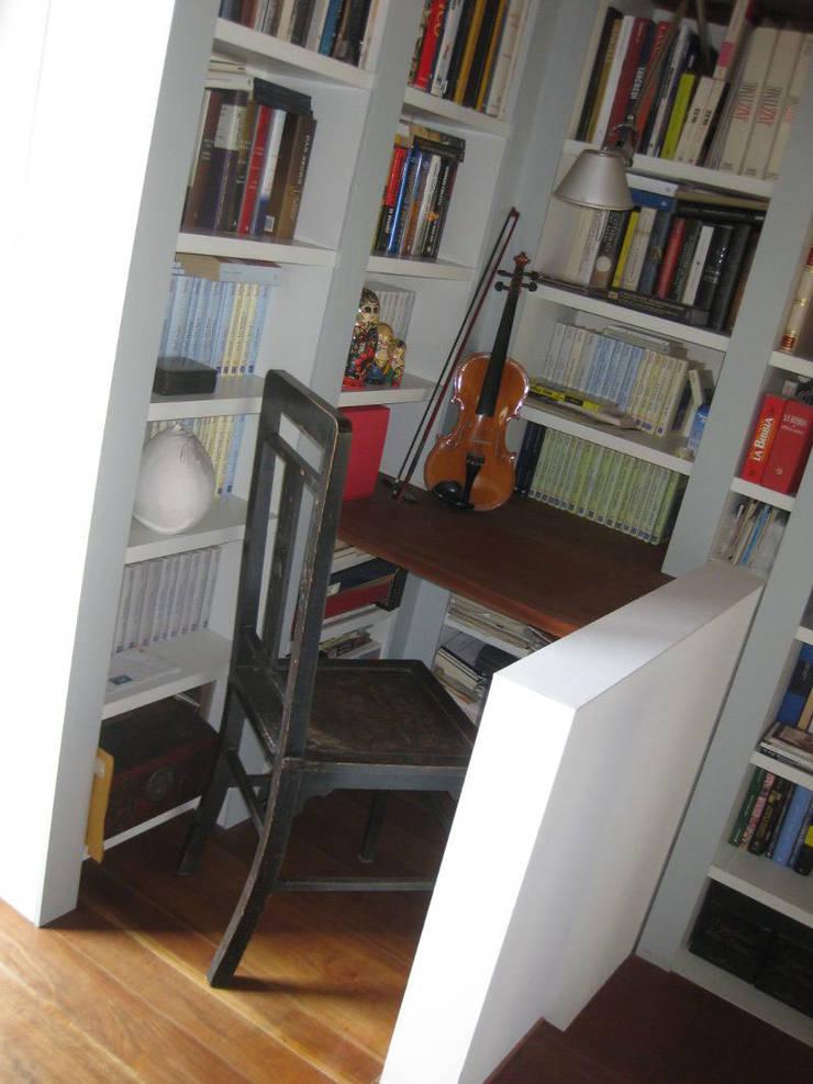 ARREDO CENTRO STORICO: Studio in stile  di Blulinea,