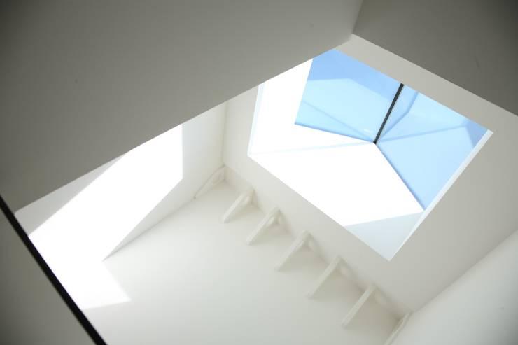 ARREDO CENTRO STORICO: Ingresso & Corridoio in stile  di Blulinea,