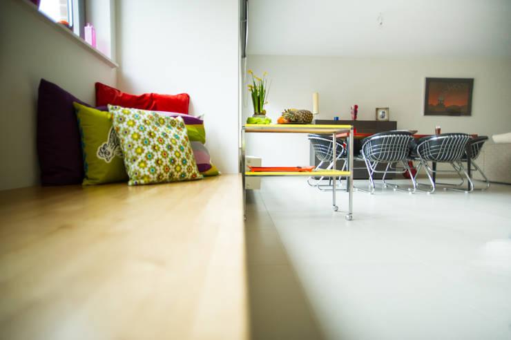Aménagement & décoration d'un espace de vie à l'esprit vintage revisité: Salle à manger de style  par Sensionest