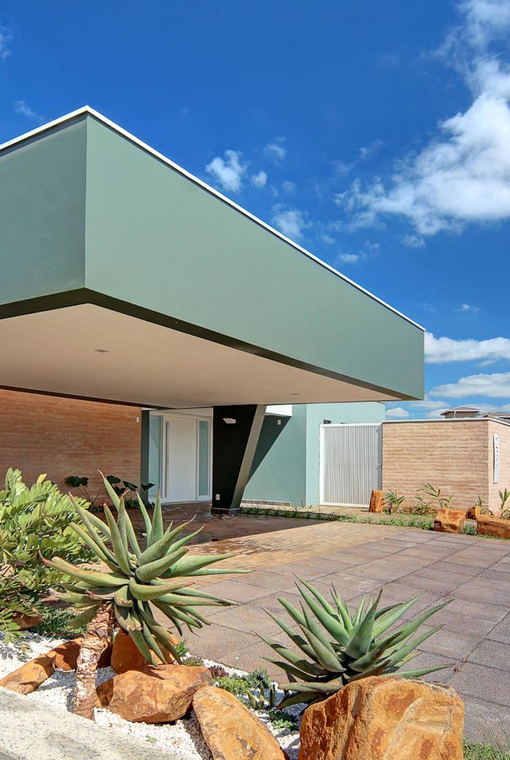 FACHADA COM VISTA LATERAL: Casas  por VOLF arquitetura & design