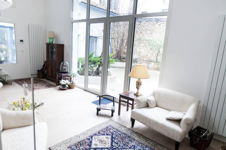 Baies vitrées vues de l'intérieur: Salon de style  par Lise Compain