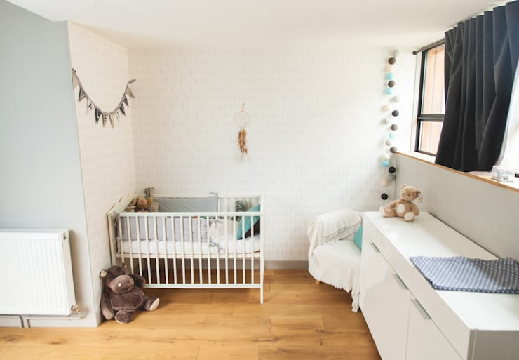 Chambre bébé: Chambre d'enfant de style de style Classique par Lise Compain