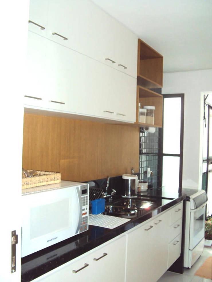 cozinha apartamento Barra: Cozinhas modernas por Margareth Salles