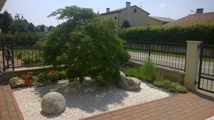 giardino privato: Giardino in stile  di giardini di lucrezia