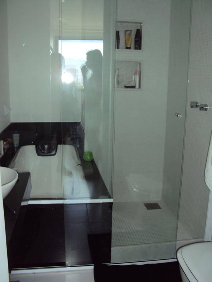 banheiro suite apartamento barra: Banheiros modernos por Margareth Salles
