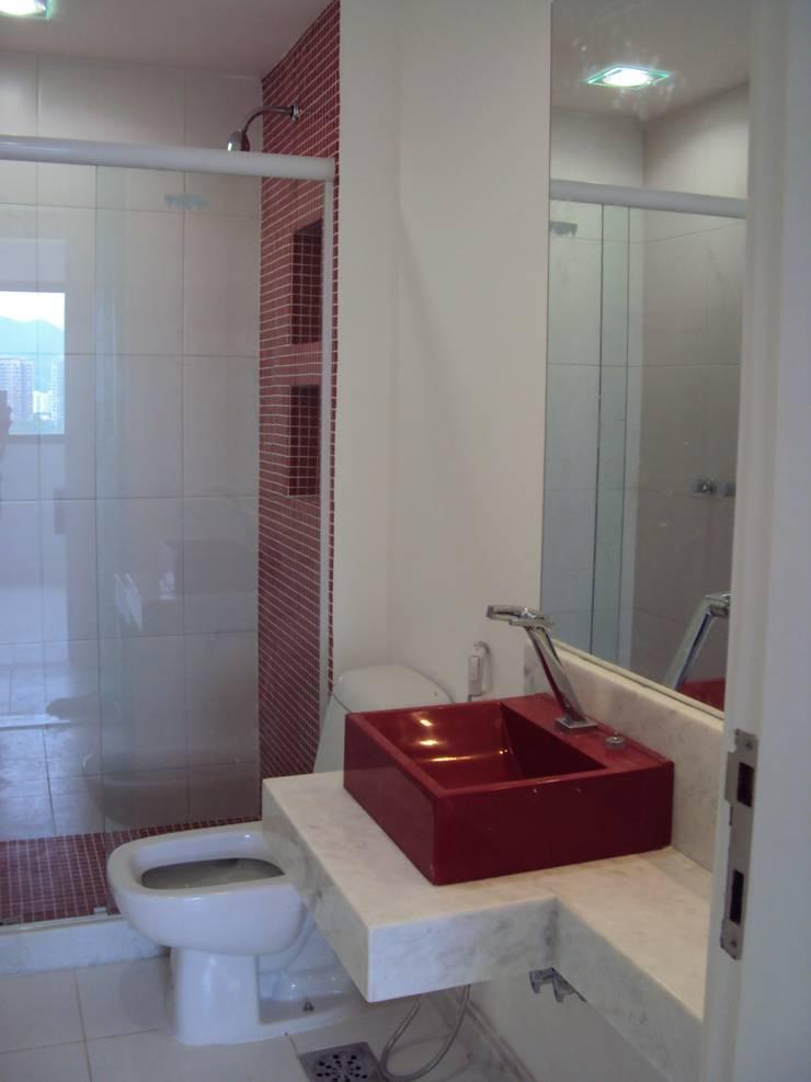 banheiro social apartamento barra: Banheiros modernos por Margareth Salles