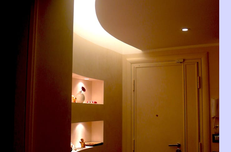 Intervento di ristrutturazione di un appartamento a Roma in via Delle Cave Ingresso, Corridoio & Scale in stile moderno di NicArch Moderno