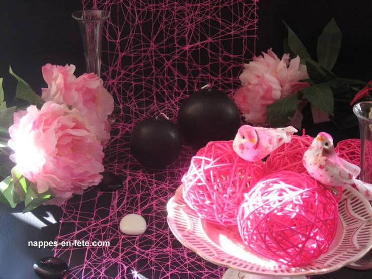 déco de table Noir et Fushia      Thème Noir/Rose/ créé par Nappes en Fête: Salle à manger de style  par Nappes en Fête
