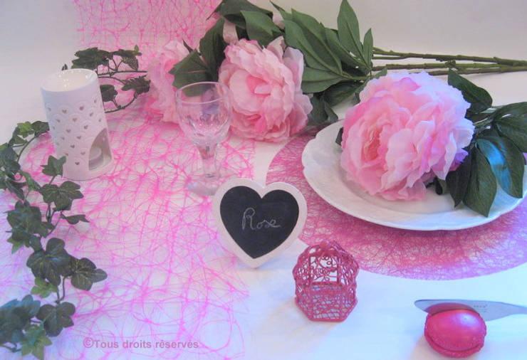 Déco de table blanc et fushia - Thème Blanc/Rose/ créé par Nappes en Fête: Salle à manger de style  par Nappes en Fête