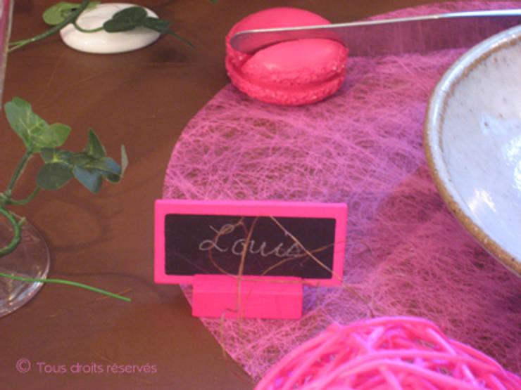 Porte nom ardoise rose fushia: Salle à manger de style  par Nappes en Fête