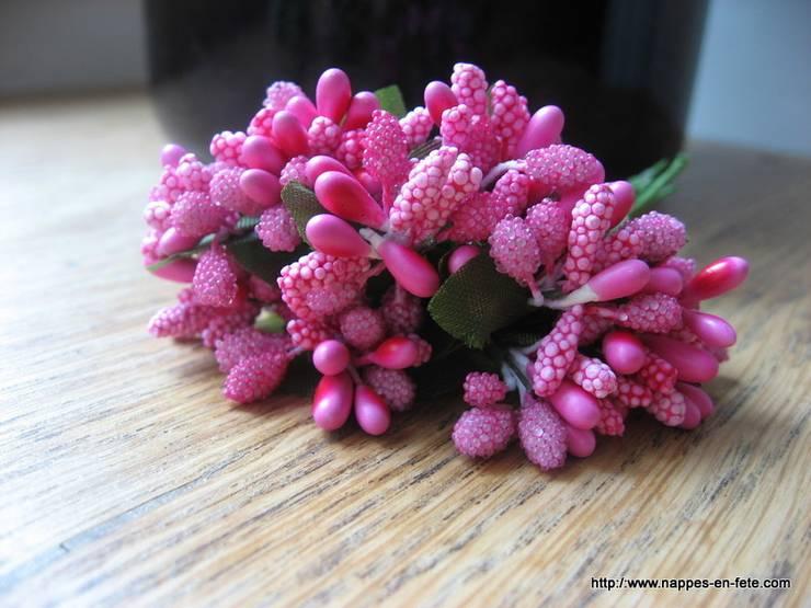 Accessoire de déco rose fushia, fleurs liens : Salle à manger de style  par Nappes en Fête