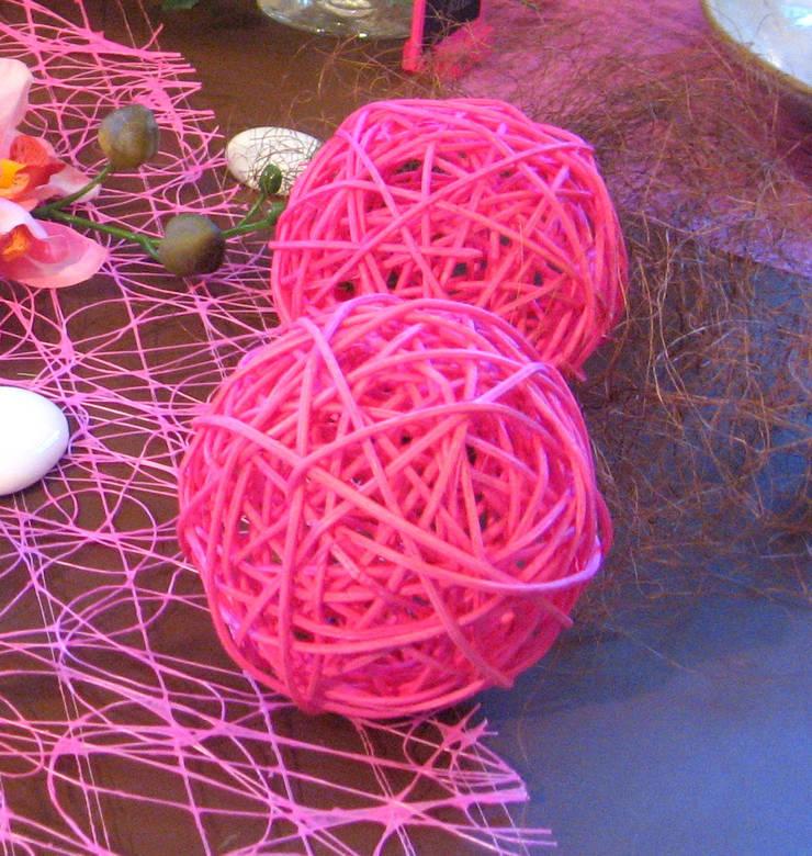 boules en rotin rose fushia pour décoration de table : Maison de style  par Nappes en Fête