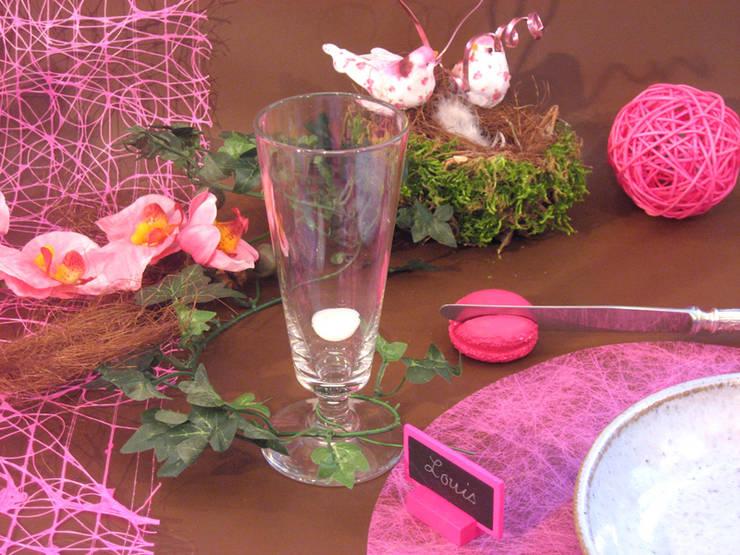 Déco de table rose fushia sur nappe en papier chocolat -Thème chocolat et fushia créé par Nappes en Fête: Salle à manger de style  par Nappes en Fête