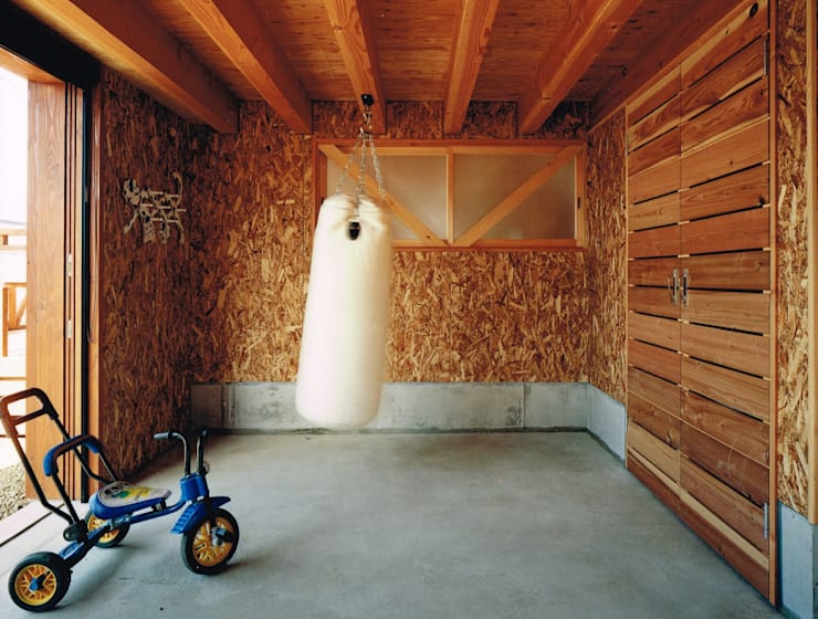 eclectic Garage/shed by AXIS EXPLAN