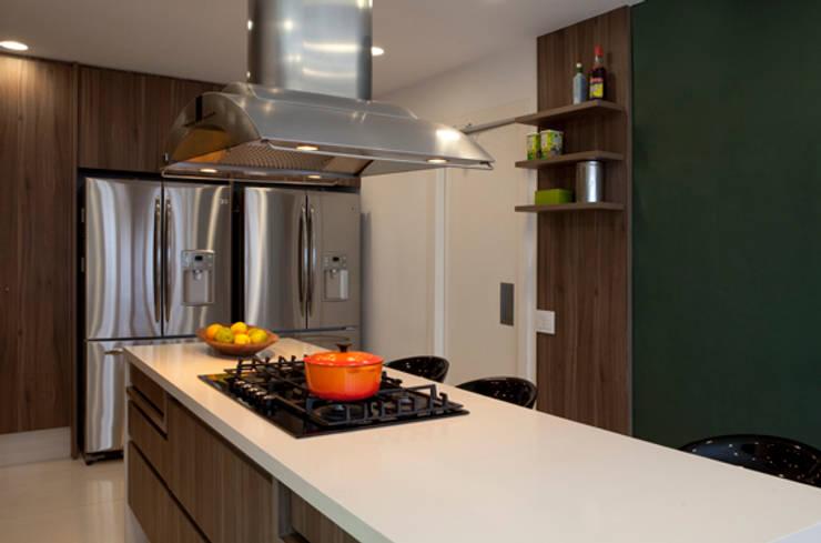 Alto de Pinheiros: Cozinhas modernas por Deborah Roig