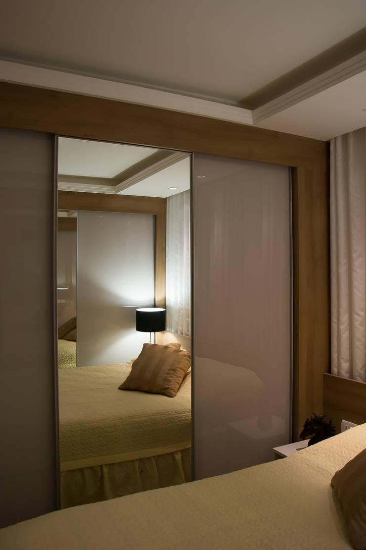 Apartamento Passo D´Areia: Closets  por Bibiana Menegaz - Arquitetura de Atmosfera