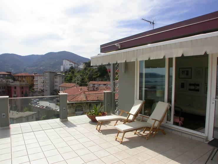 la vetrata di accesso alla terrazza: Terrazza in stile  di Riccardo Musmeci Architettura e Design, Moderno