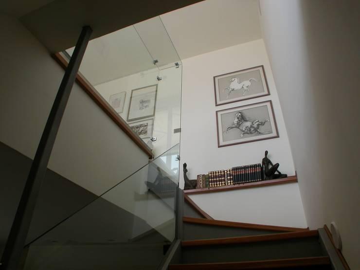 i parapetti in cristallo strutturale: Ingresso & Corridoio in stile  di Riccardo Musmeci Architettura e Design, Moderno