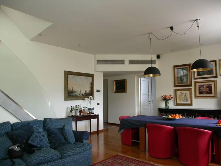 soggiorno: Soggiorno in stile  di Riccardo Musmeci Architettura e Design, Moderno