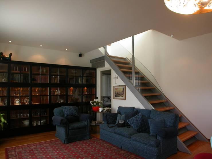al piano di sopra dal soggiorno: Ingresso & Corridoio in stile  di Riccardo Musmeci Architettura e Design, Moderno