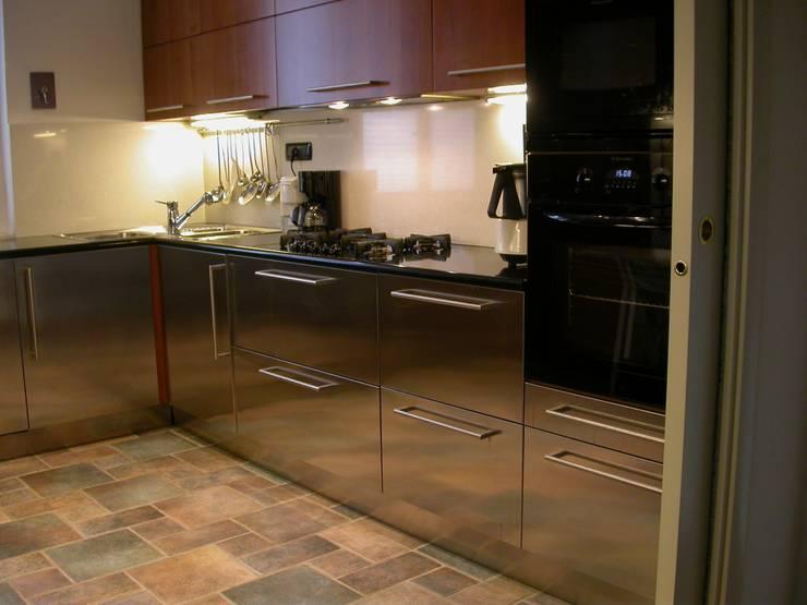 acciaio e ciliegio, piano in nero assoluto africano: Cucina in stile  di Riccardo Musmeci Architettura e Design, Moderno