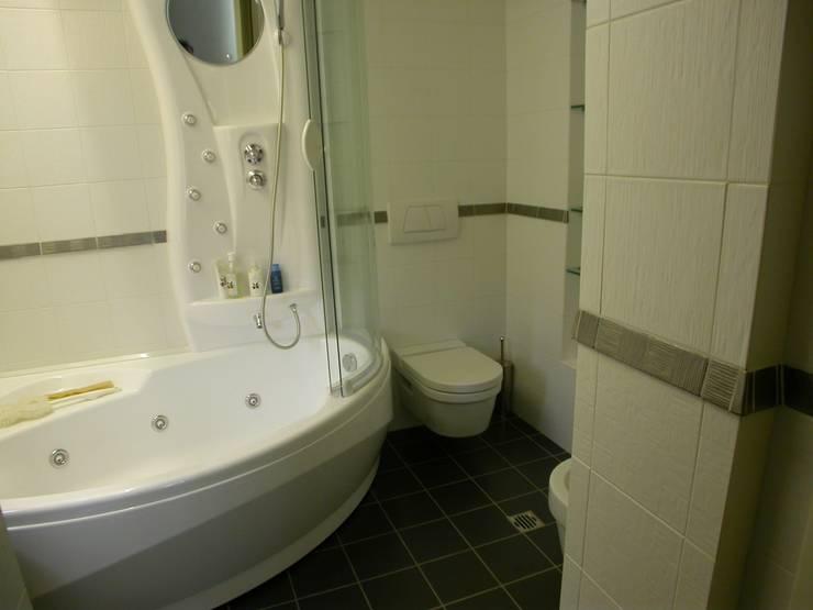 vasca idromassaggio con doccia, sanitari sospesi, piastrelle effetto bamboo: Bagno in stile  di Riccardo Musmeci Architettura e Design, Moderno