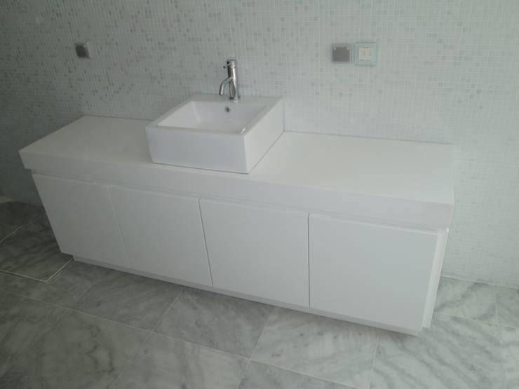 Tampo em CORIAN ref: Glacier White com lavatório cerâmico e móvel em CORIAN ref: Glacier White: Spa  por Astone - Solid Surface Tailors