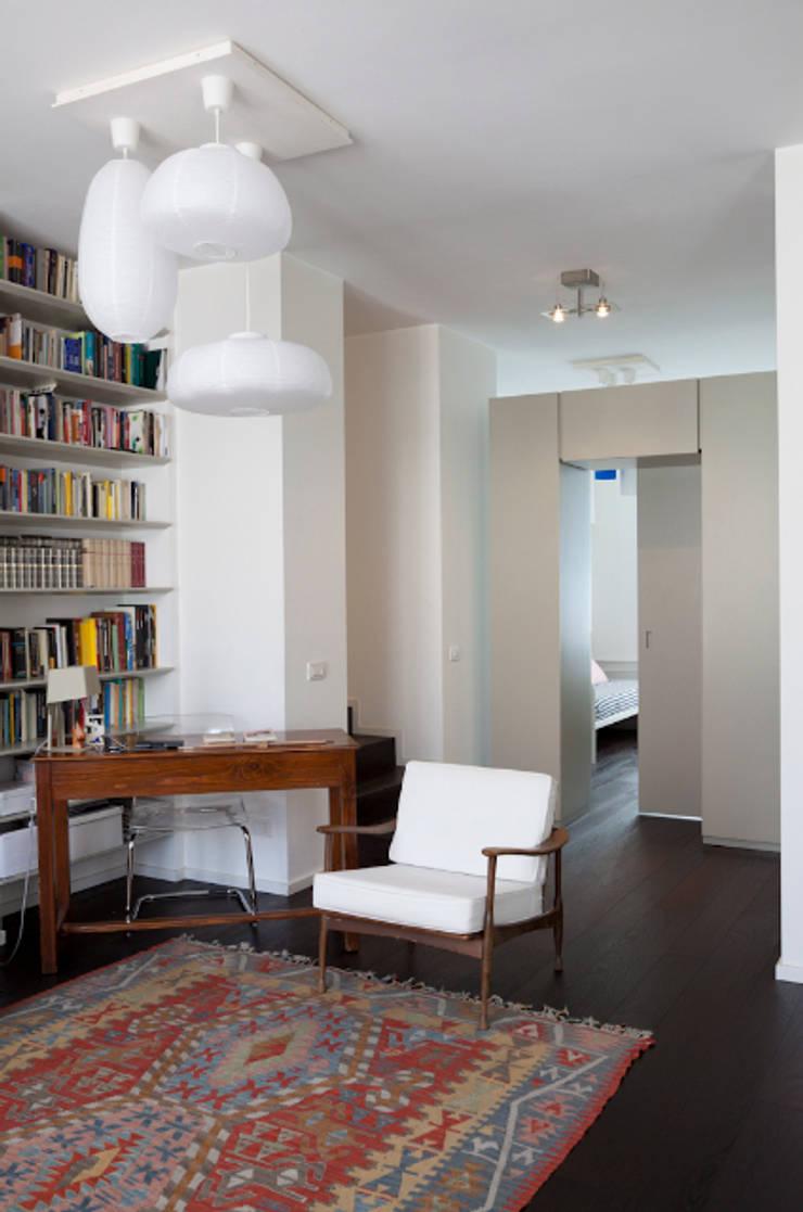 Ingresso e angolo studio: Ingresso, Corridoio & Scale in stile  di HBstudio,