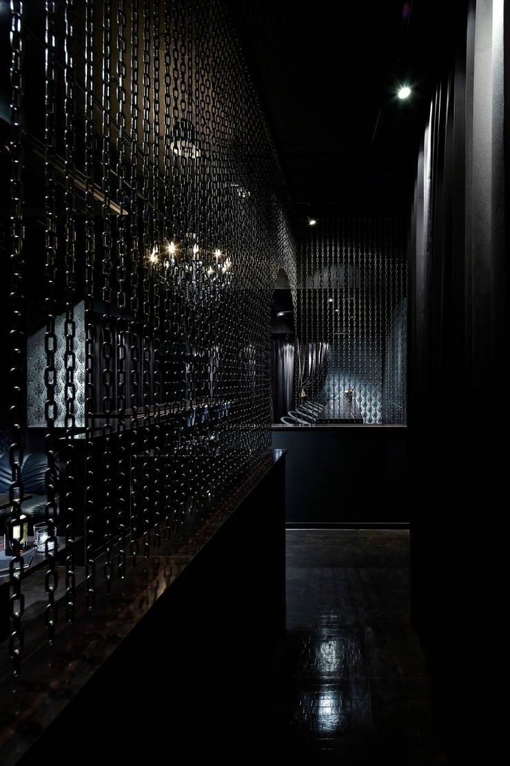 BAR HANAKO: 谷山武デザイン事務所が手掛けたバー & クラブです。