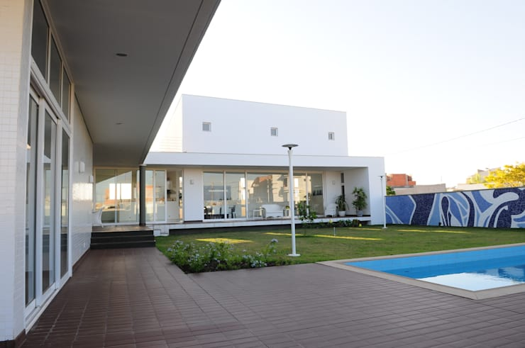 Casa GB: Casas minimalistas por MMEB arquitetos